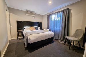 Blue Wren Lodge Waratah Standard Queen Room.